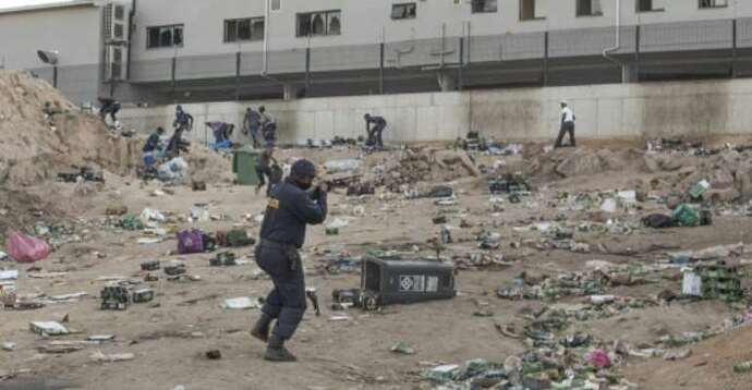 afp_looters_ransacked_shopping_centres_and_unidentified_groups_t