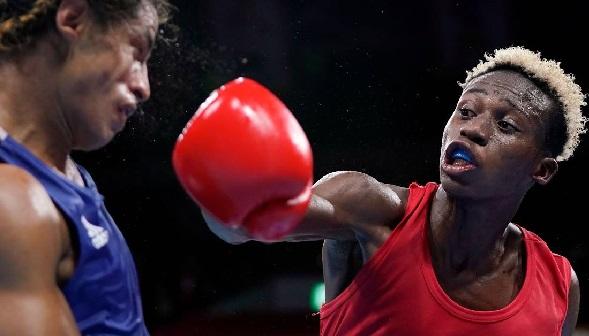 Samuel Takyi (right) won via a unanimous decision