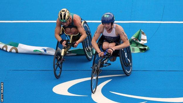 Kendall Gretsch (right) narrowly beats Lauren Parker (left) to the finish line to claim gold
